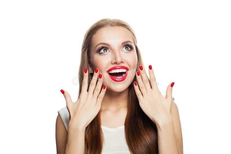 Modelo entusiasmado Surprised isolado no fundo branco Mulher de riso que olha acima foto de stock royalty free