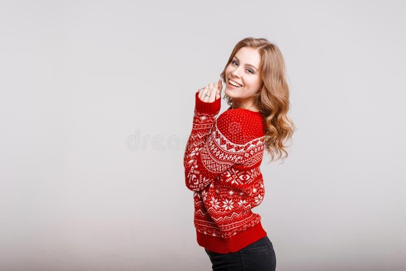 Modelo europeu bonito da mulher em uma camiseta vermelha na moda fotografia de stock