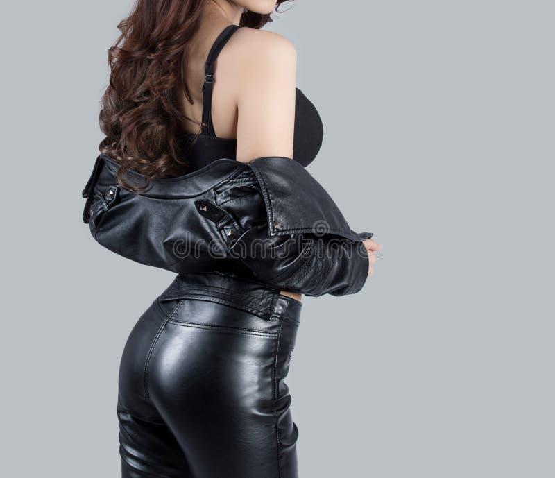 Modelo fêmea bonito que veste um vestido de couro foto de stock royalty free