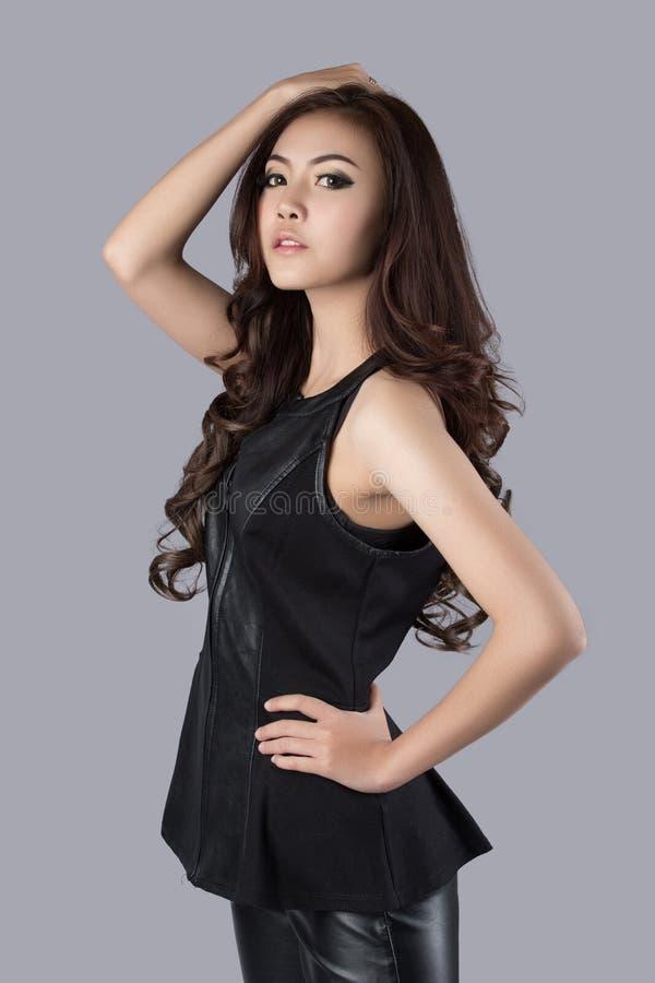 Modelo fêmea bonito que veste um vestido de couro imagens de stock royalty free
