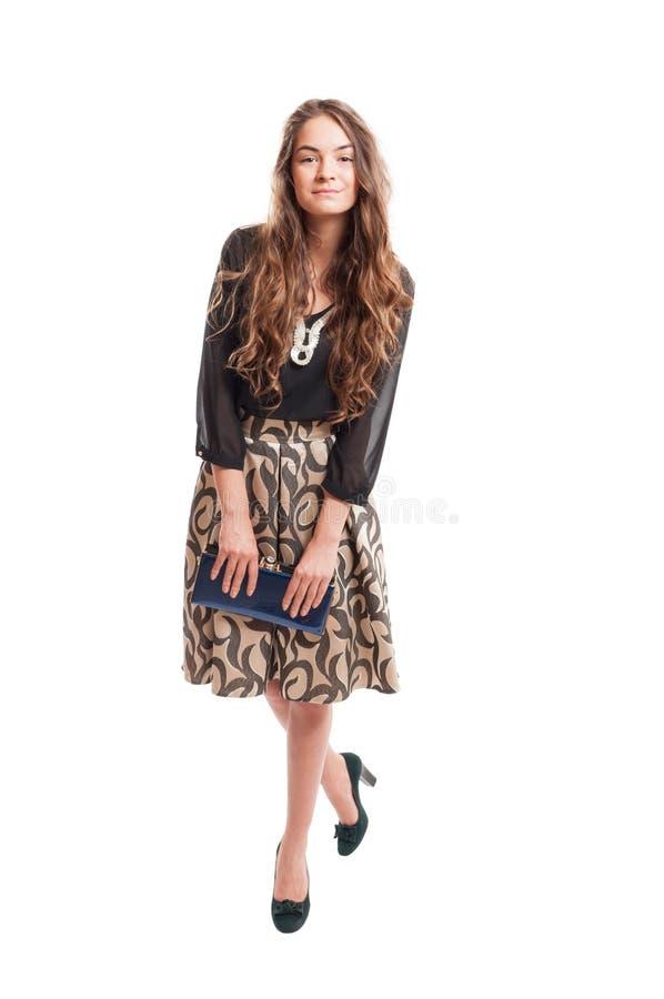 Modelo fêmea com o cabelo bonito longo que guarda uma bolsa pequena fotos de stock