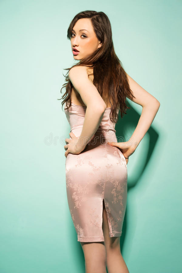Modelo fêmea com a parte traseira girada imagens de stock