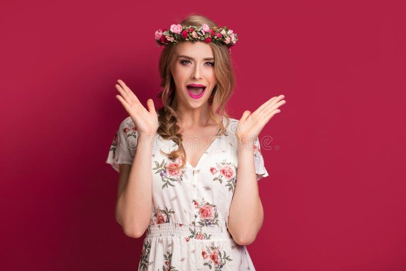 Modelo fêmea da beleza com faixa das flores fotografia de stock royalty free