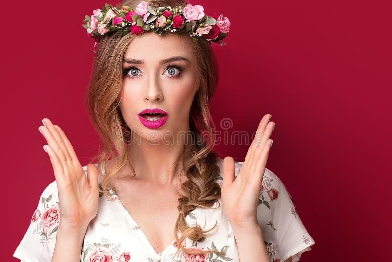 Modelo fêmea da beleza com faixa das flores imagem de stock royalty free