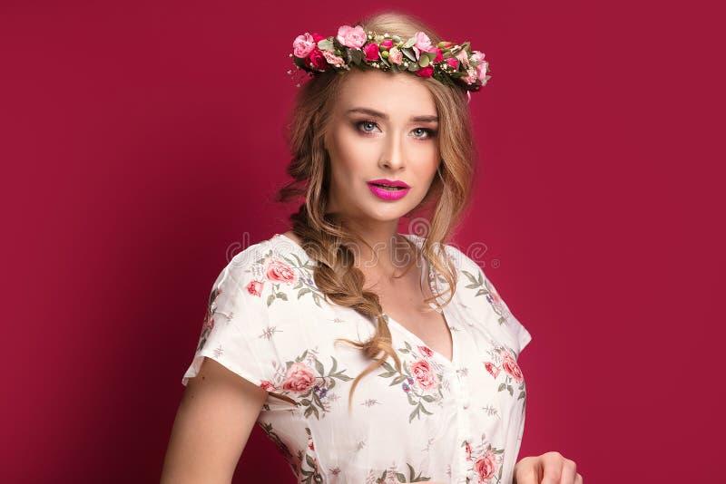 Modelo fêmea da beleza com faixa das flores imagem de stock