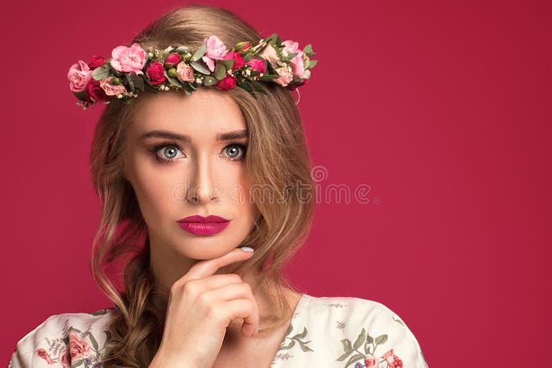 Modelo fêmea da beleza com faixa das flores foto de stock royalty free