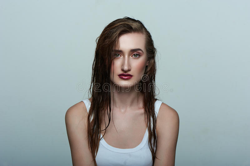 Modelo fêmea da beleza com pele perfeita, cabelo molhado fotografia de stock royalty free