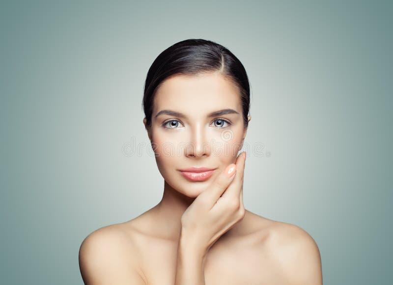 Modelo fêmea da mulher dos termas com a pele saudável que toca em sua mão sua cara fotografia de stock royalty free