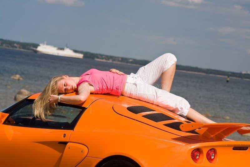 Modelo fêmea e um carro fotos de stock