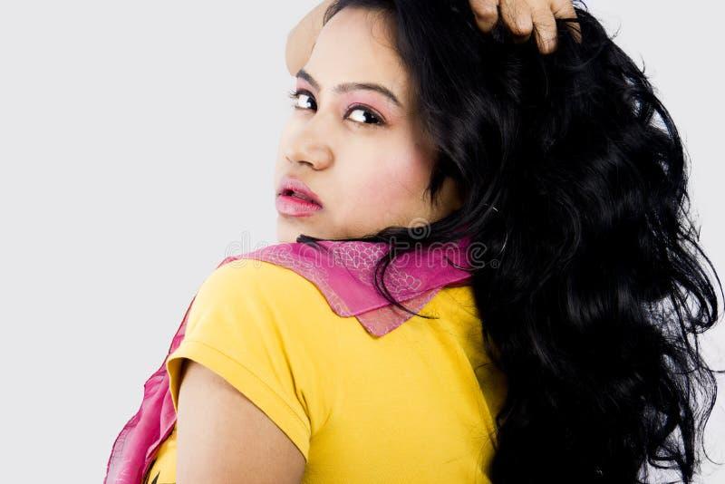 Modelo fêmea indiano bonito com uma parte superior amarela fotos de stock royalty free