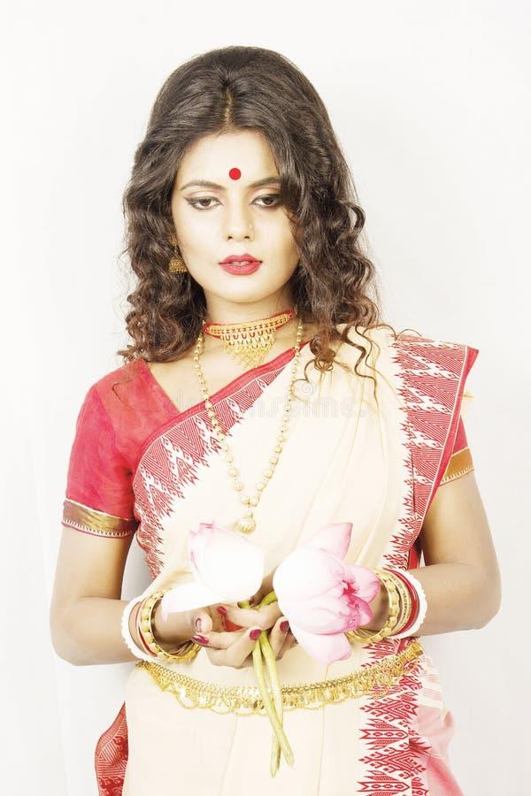 Modelo fêmea indiano bonito no saree indiano imagem de stock