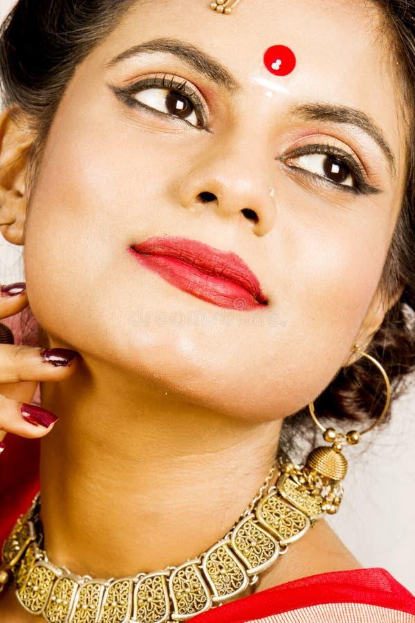 Modelo fêmea indiano bonito no saree indiano fotos de stock royalty free