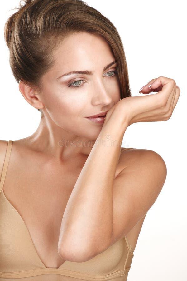 Modelo fêmea moreno bonito que cheira seu perfume fotos de stock royalty free