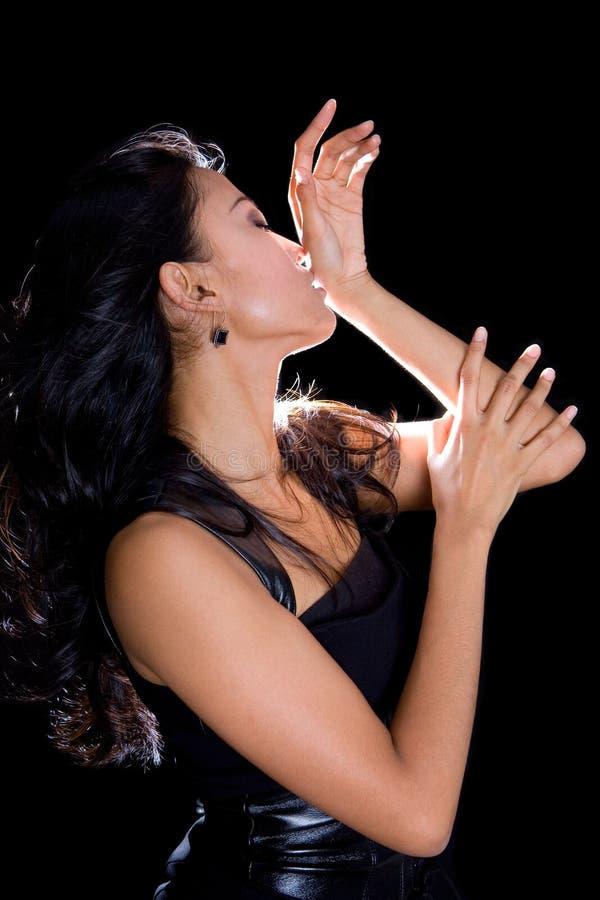 modelo fêmea no pose artístico no preto fotografia de stock royalty free