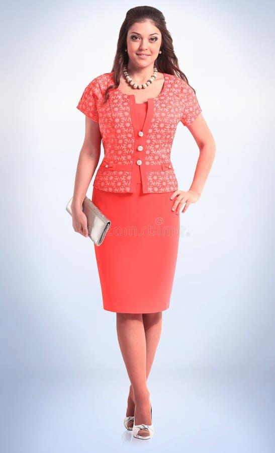 Modelo fêmea novo elegante no equipamento vermelho do verão imagens de stock