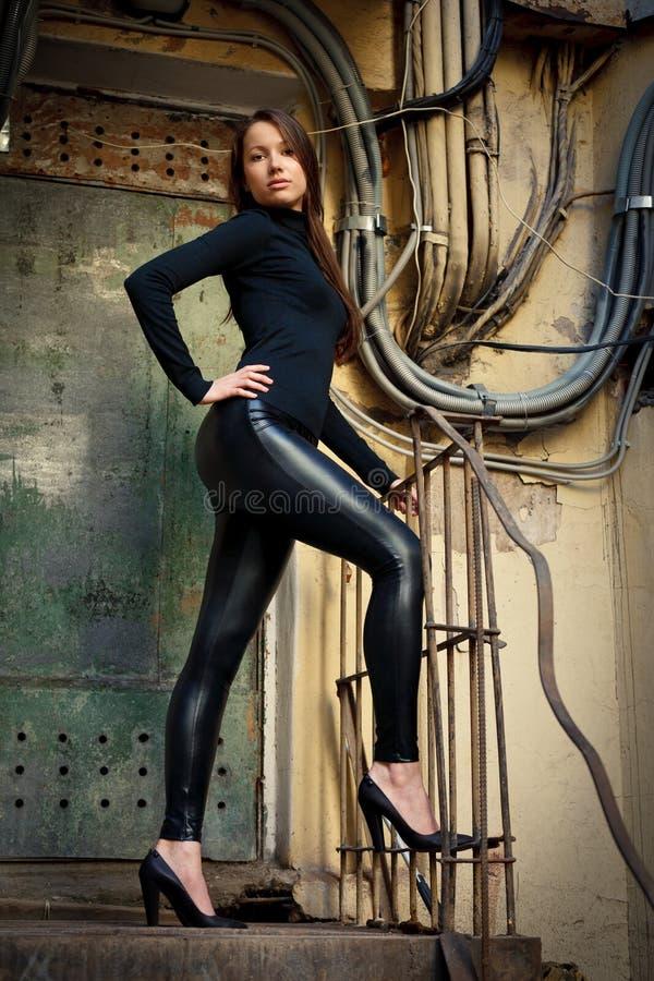 Modelo fêmea novo que está antes da porta oxidada fotos de stock royalty free