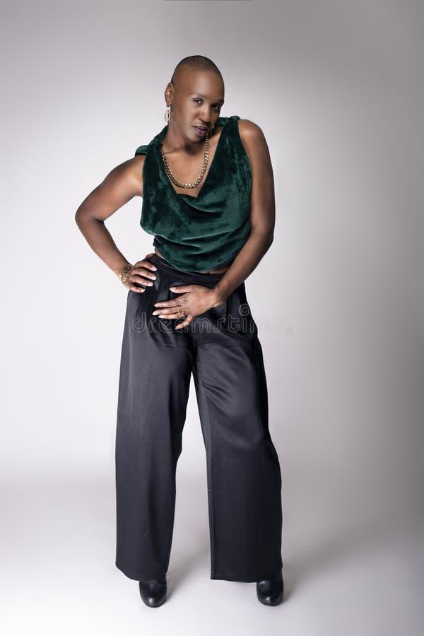Modelo fêmea preto With Bald Hairstyle e roupa verde fotos de stock royalty free