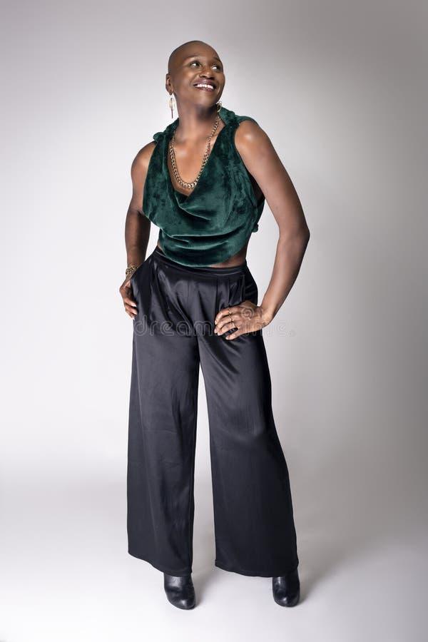 Modelo fêmea preto With Bald Hairstyle e roupa verde fotografia de stock royalty free