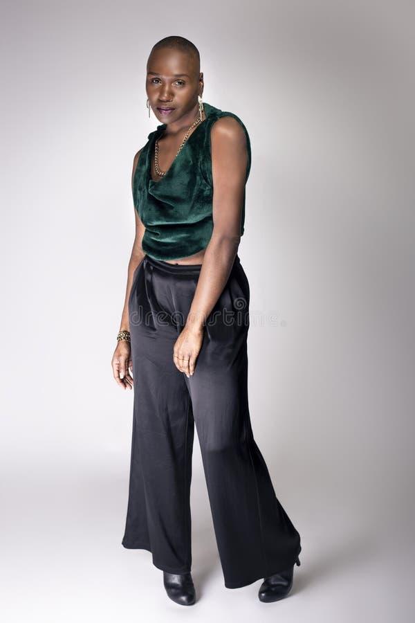 Modelo fêmea preto With Bald Hairstyle e roupa verde imagens de stock royalty free