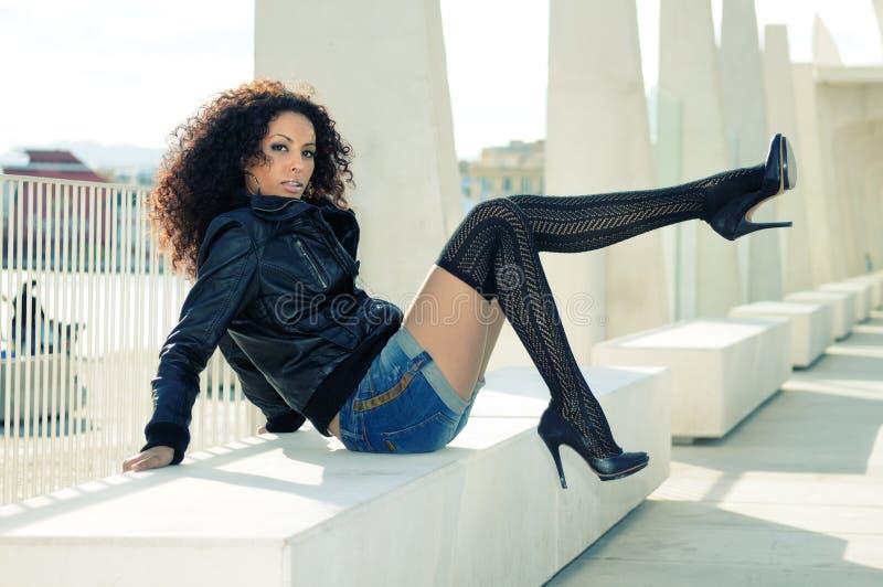 Modelo fêmea preto na forma com saltos elevados fotos de stock royalty free