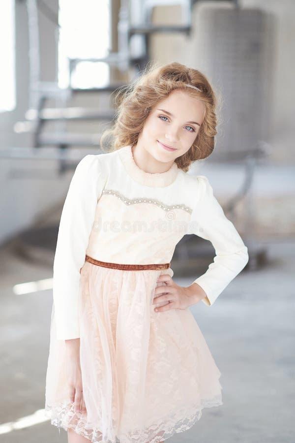 Modelo feliz da menina com o sorriso encantador que levanta em um estúdio fotos de stock royalty free