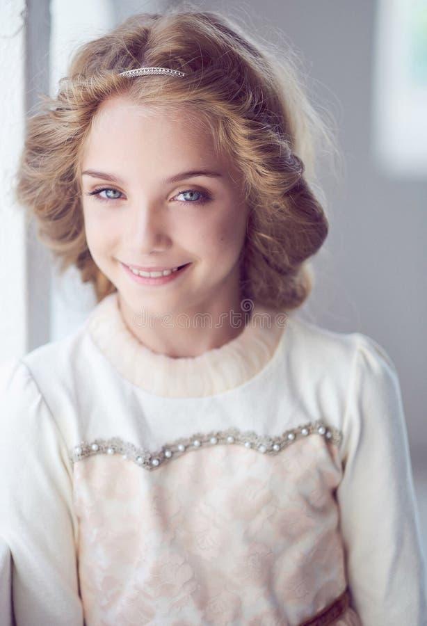 Modelo feliz da menina com o sorriso encantador que levanta em um estúdio imagens de stock