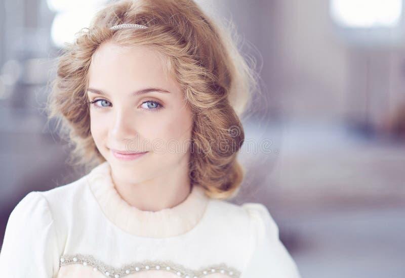 Modelo feliz da menina com o sorriso encantador que levanta em um estúdio imagens de stock royalty free