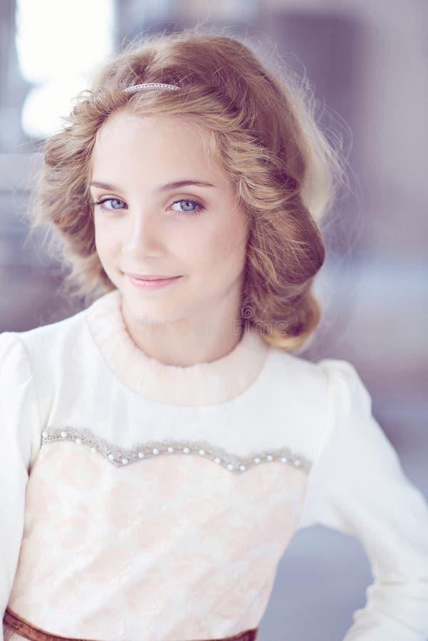 Modelo feliz da menina com o sorriso encantador que levanta em um estúdio foto de stock royalty free