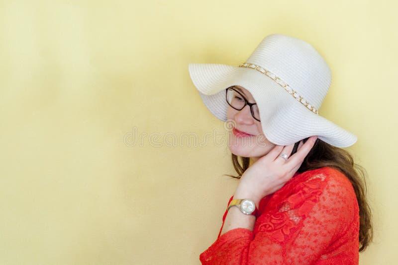 Modelo feliz de la mujer en fondo amarillo brillante con el espacio de la copia imágenes de archivo libres de regalías