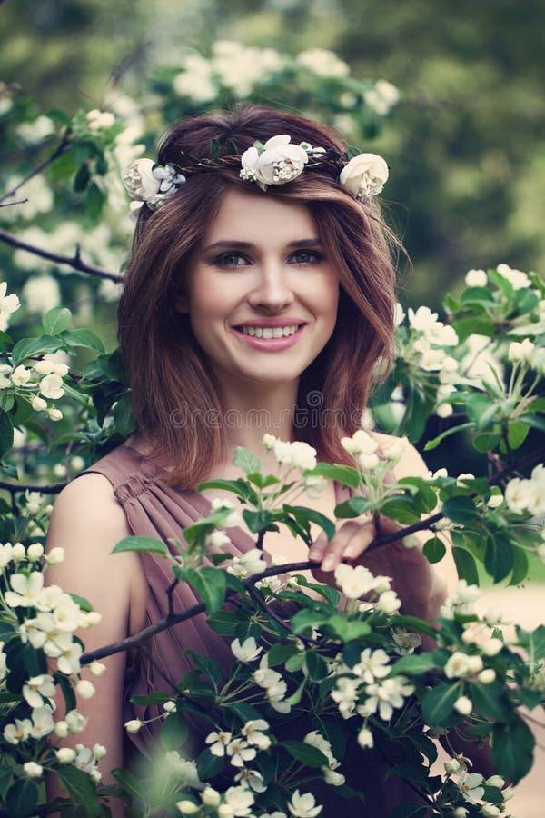 Modelo feliz Girl Smiling da mola fotografia de stock royalty free