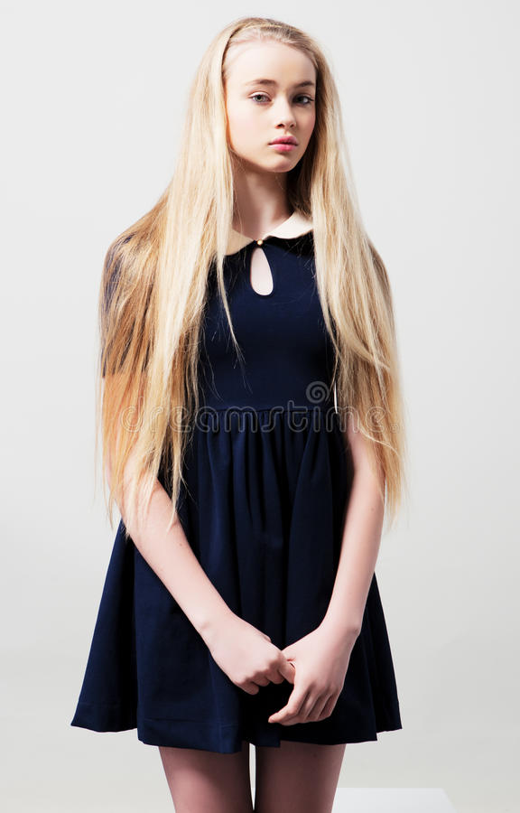 Modelo femenino adolescente de la moda en vestido imagenes de archivo