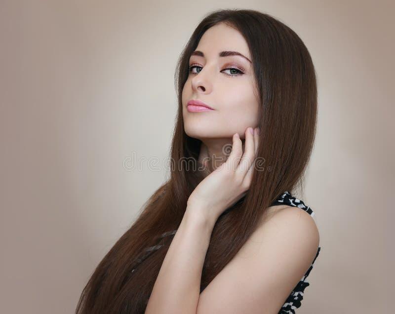 Modelo femenino atractivo con el pelo largo imágenes de archivo libres de regalías