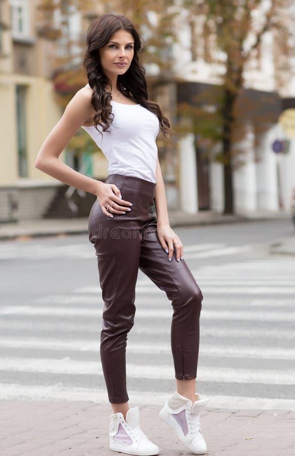 Modelo femenino caucásico en la camisa blanca al aire libre fotografía de archivo libre de regalías