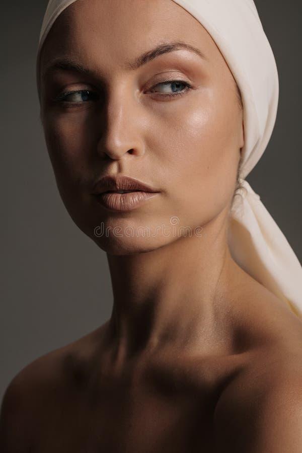 Modelo femenino con la bufanda natural del maquillaje y de la cabeza imagen de archivo libre de regalías