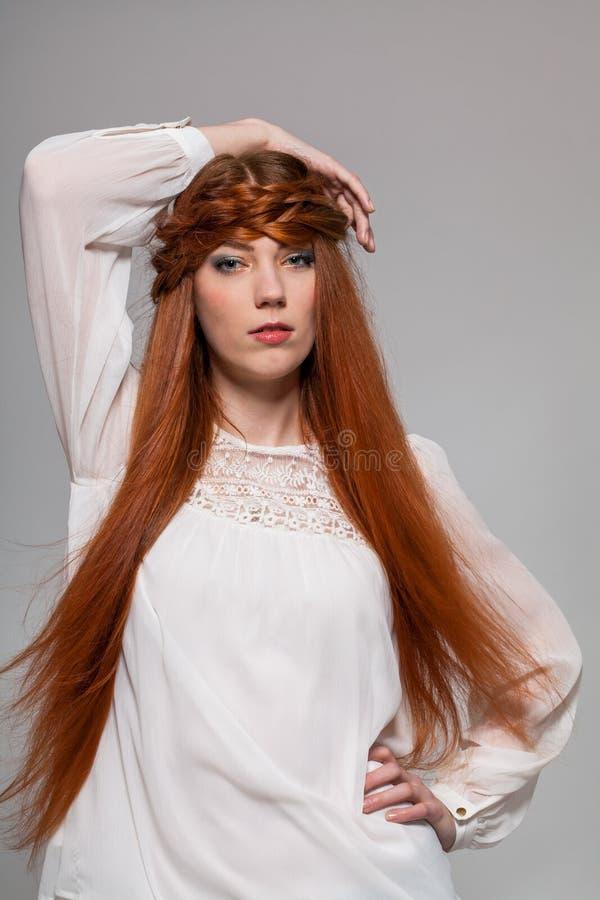 Download Modelo Femenino Con La Mano En La Cintura Foto de archivo - Imagen de adulto, encima: 41912650