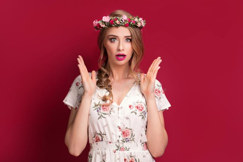 Modelo femenino de la belleza con la venda de las flores imagenes de archivo