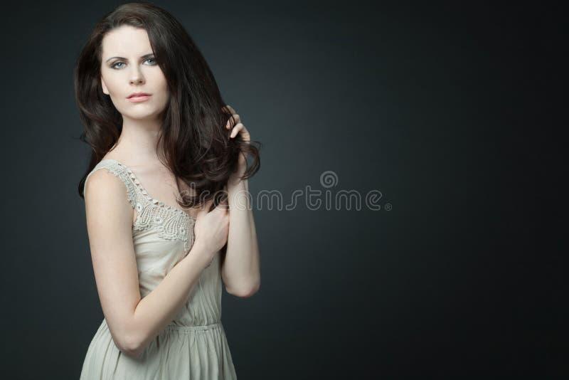 Modelo femenino de la manera con el pelo rizado largo. fotografía de archivo libre de regalías