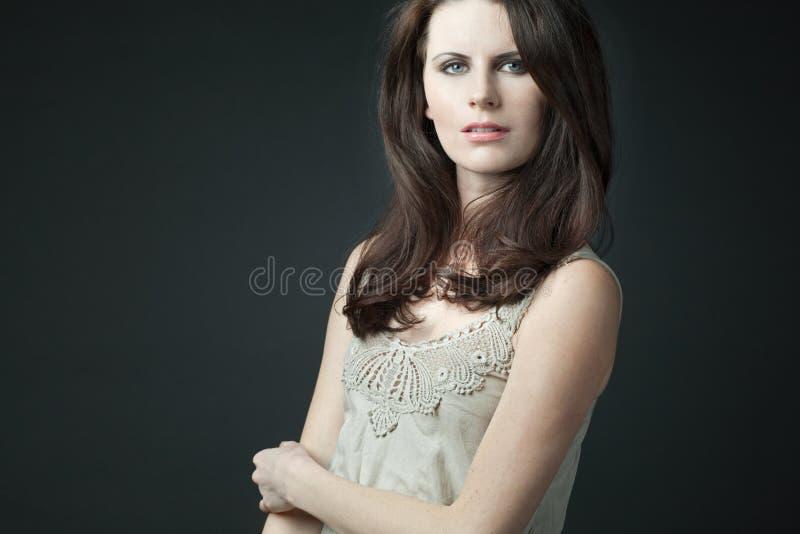 Modelo femenino de la manera con el pelo rizado largo. imagenes de archivo