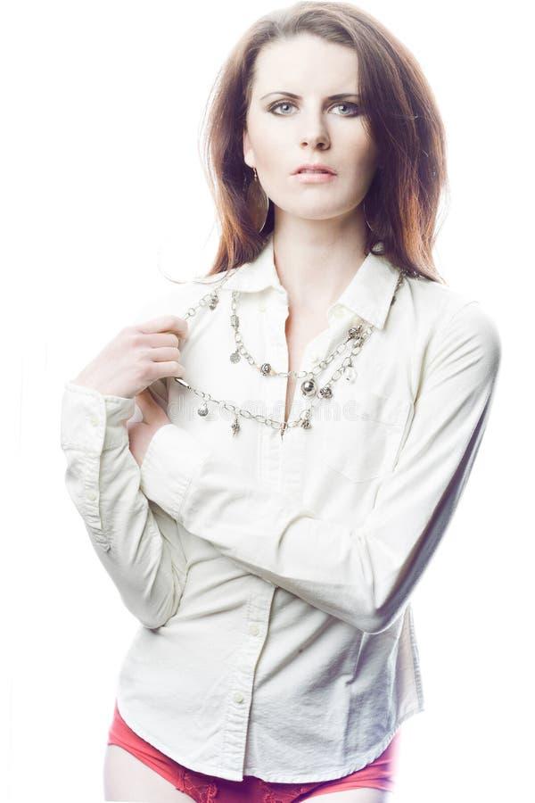 Modelo femenino de la manera con el pelo rizado largo. foto de archivo
