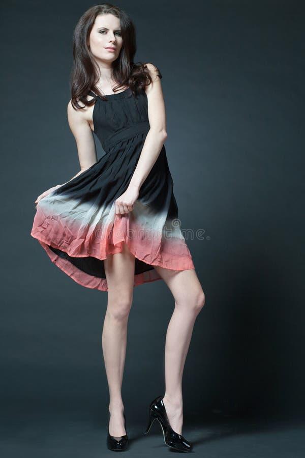 Modelo femenino de la manera con el pelo rizado largo. foto de archivo libre de regalías
