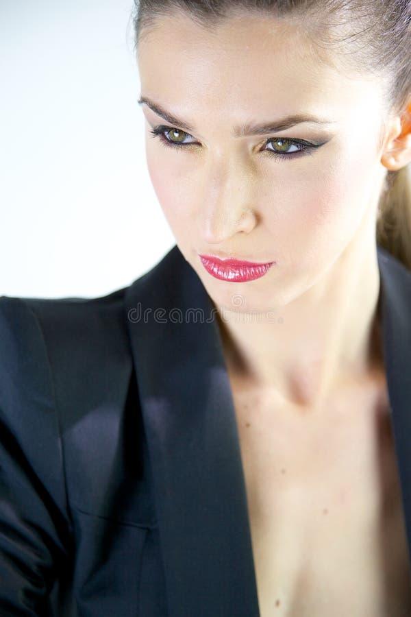 Modelo femenino de la moda con la expresión fuerte del traje foto de archivo libre de regalías