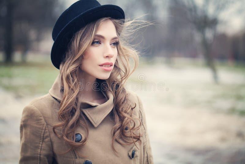 Modelo femenino de la mujer joven al aire libre Cara sana imagenes de archivo