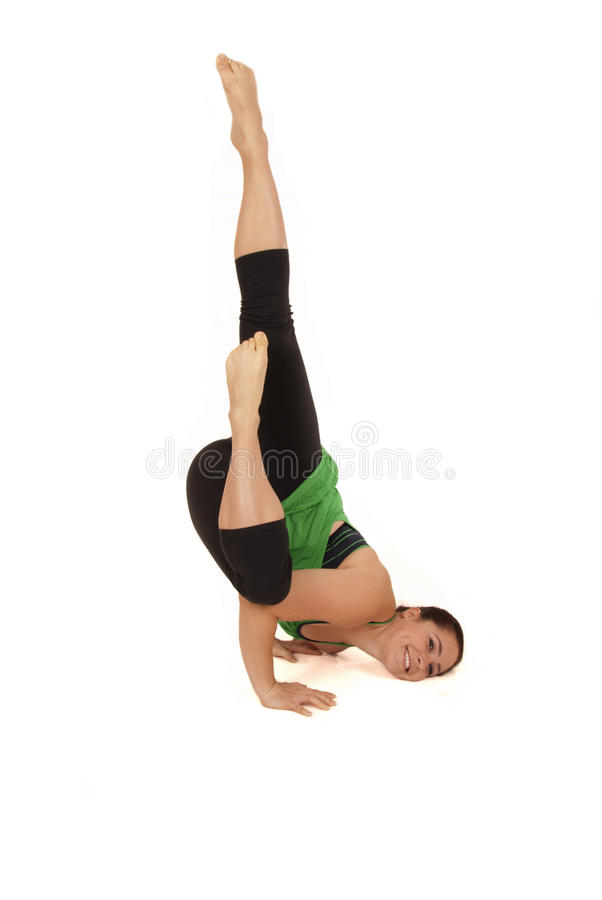 Modelo femenino de la yoga en la actitud caida Devaduuta Panna Asana del ángel imagenes de archivo