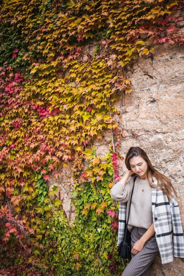 Modelo femenino en equipo de moda en el fondo de la pared del steet fotografía de archivo libre de regalías