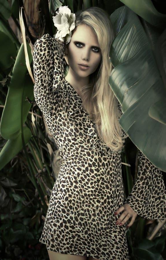 Modelo femenino en la configuración tropical fotografía de archivo