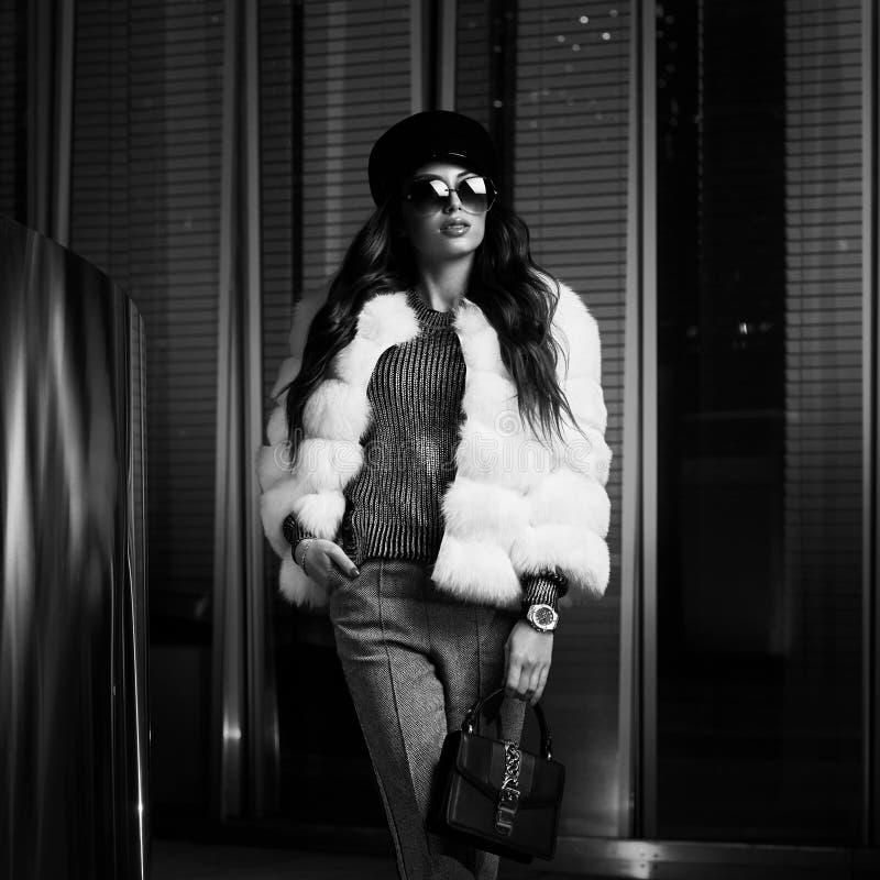 Modelo femenino en la presentación de la prendas de vestir exteriores lujosa imagen de archivo libre de regalías