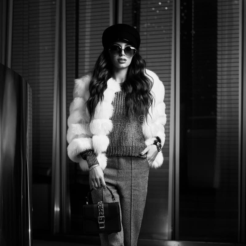 Modelo femenino en la presentación de la prendas de vestir exteriores lujosa fotografía de archivo