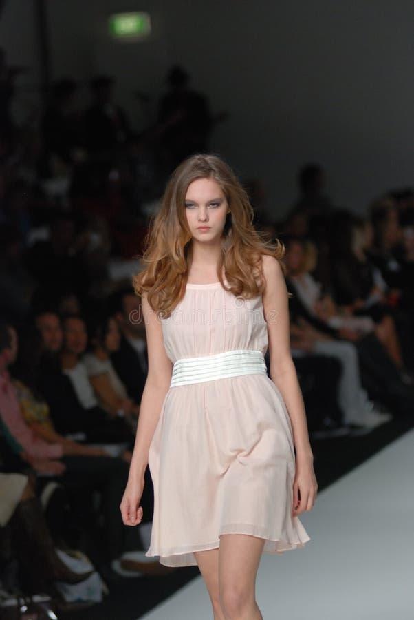 Modelo femenino en un desfile de moda australiano foto de archivo libre de regalías