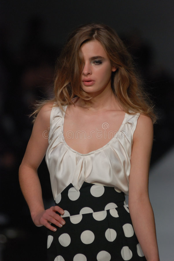 Modelo femenino en un desfile de moda australiano imagen de archivo