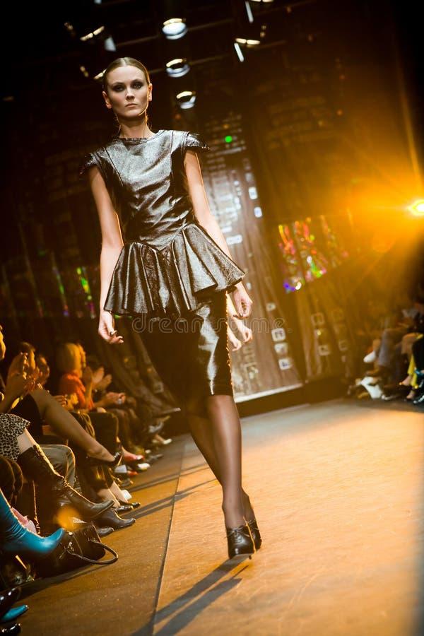 Modelo femenino en un desfile de moda en Serguei Teplov C imagen de archivo libre de regalías